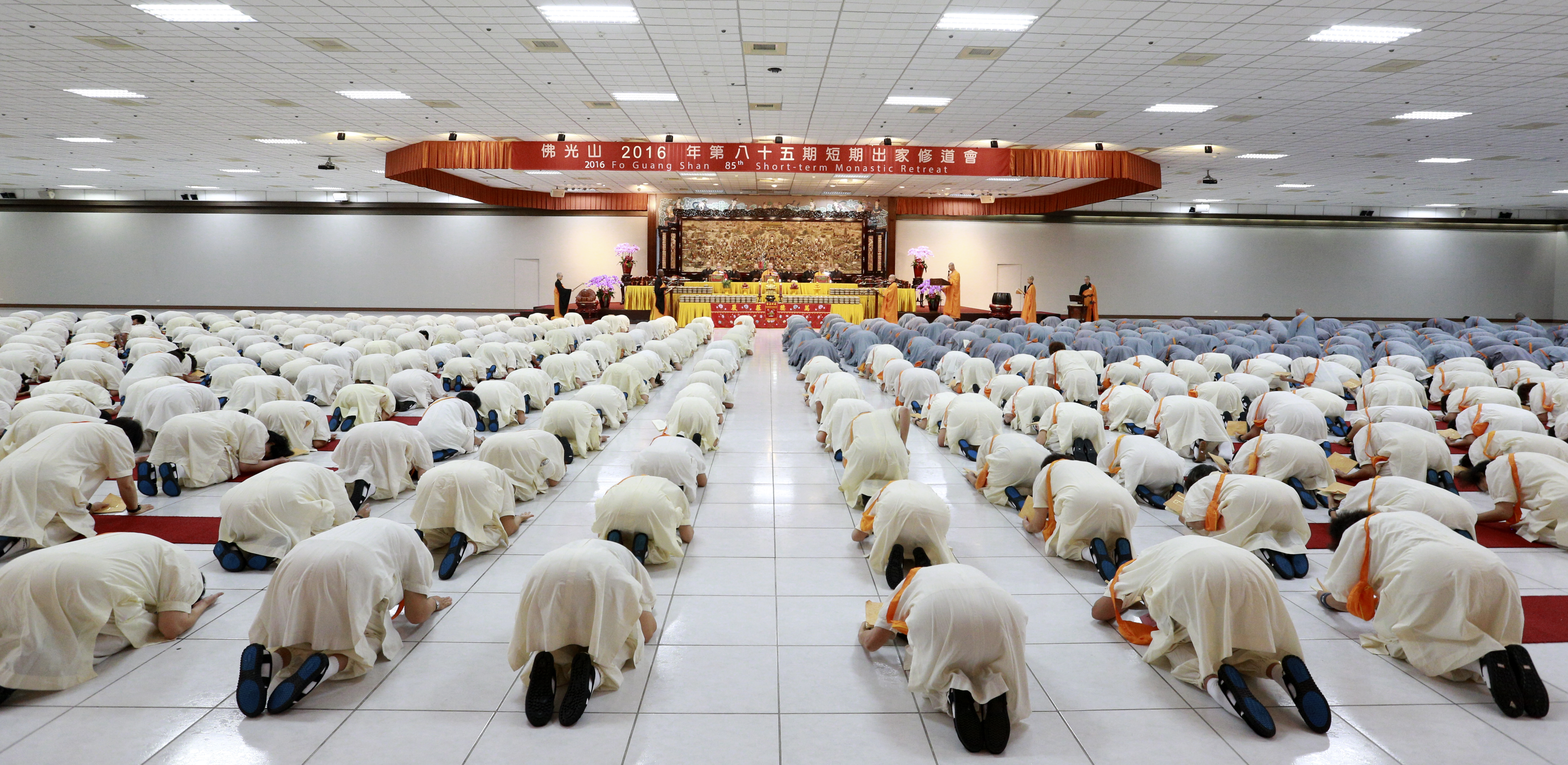 Preceptees prostrate in the main shrine room at Fo Guang Shan Headquarters, Kaohsiung, Taiwan, 2016. Photo by Life News Agency.