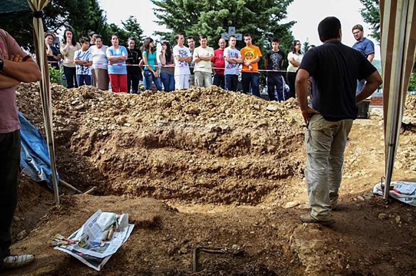 Exhumation teams established distinct zones for families and visitors to watch ongoing forensic activities, along with discussion spaces and interviewing areas (not pictured). Photo by Óscar Rodríguez, 2011.