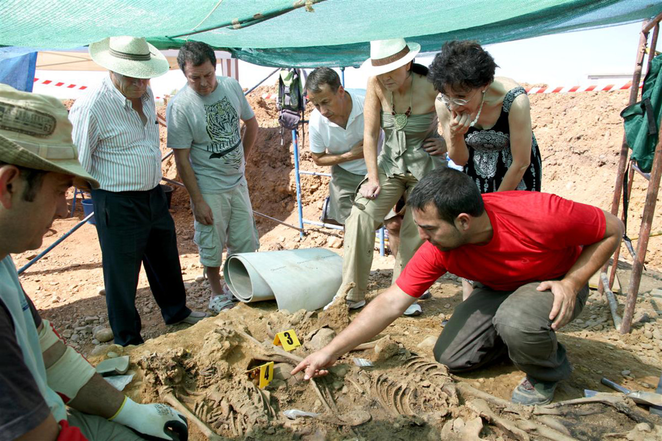 ARMH lead archaeologist René Pacheco points out forensic details to visitors and relatives of the disappeared during a forensic seminar. Photo by Óscar Rodríguez, 2011.